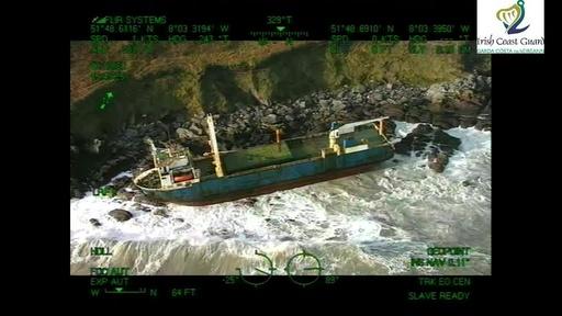 動画:1年超大西洋さまよった「幽霊船」、暴風雨でアイルランドに漂着
