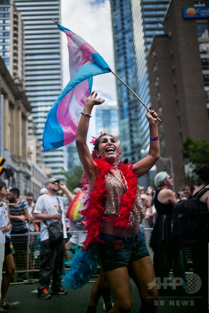 トルドー首相がゲイパレードに参加、カナダ首相として初