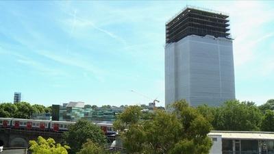 動画:英ロンドン高層住宅火災から1年、元住民「恐怖でパニックに」