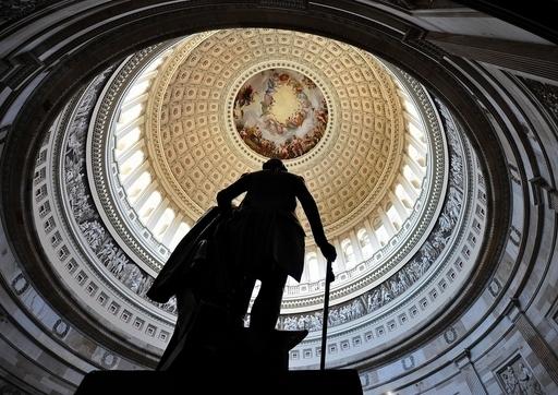 「米国債の格付け引き下げ」、実施されれば何が起きる?