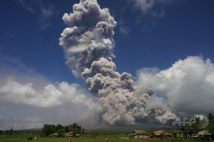 比マヨン山から巨大な雲、「危険な噴火」警戒し4万人超避難