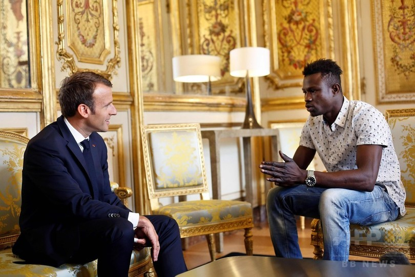 宙づりの幼児救出した移民男性、仏大統領と会見 市民権付与へ
