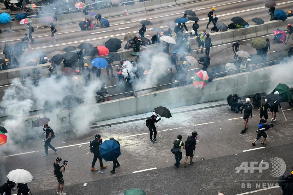 香港で大規模デモ、禁止命令を無視 警察は催涙弾発射