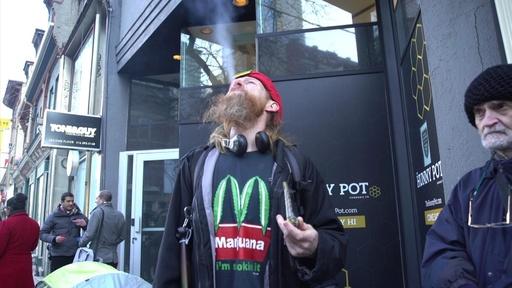 動画:大麻解禁から半年のカナダ、最大市場の州に初の実店舗 前夜から列
