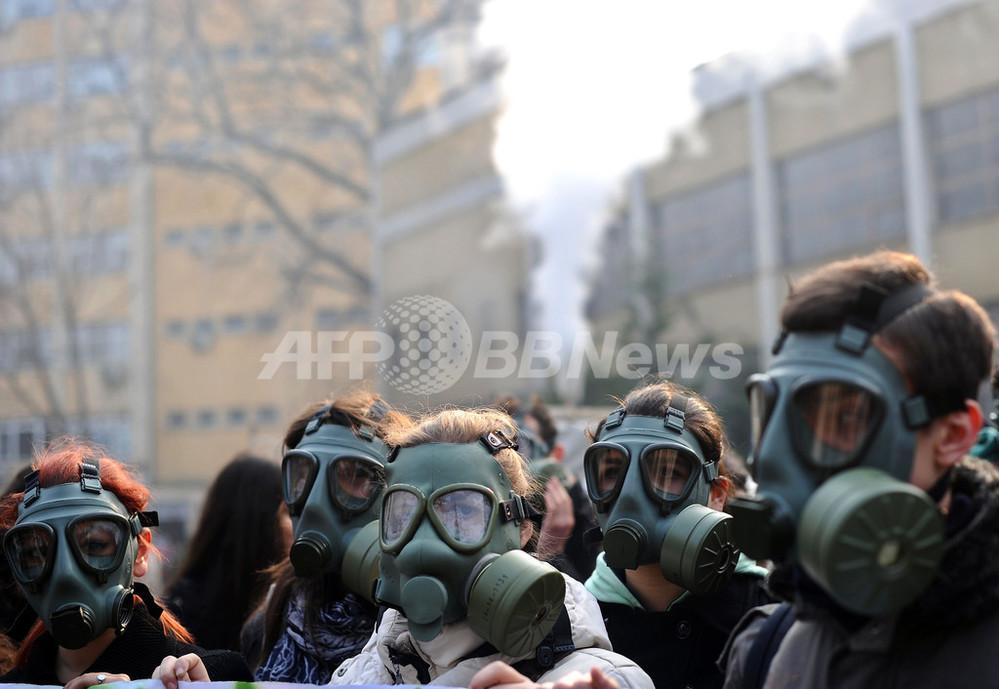 国際ニュース:AFPBB News街角にガスマスク集団、大気汚染に抗議