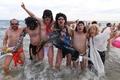 大みそかは裸で海水浴! 南仏ビーチで恒例イベント