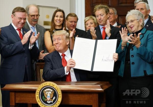 トランプ氏、大統領令でオバマケアの規制緩和 法案めど立たず
