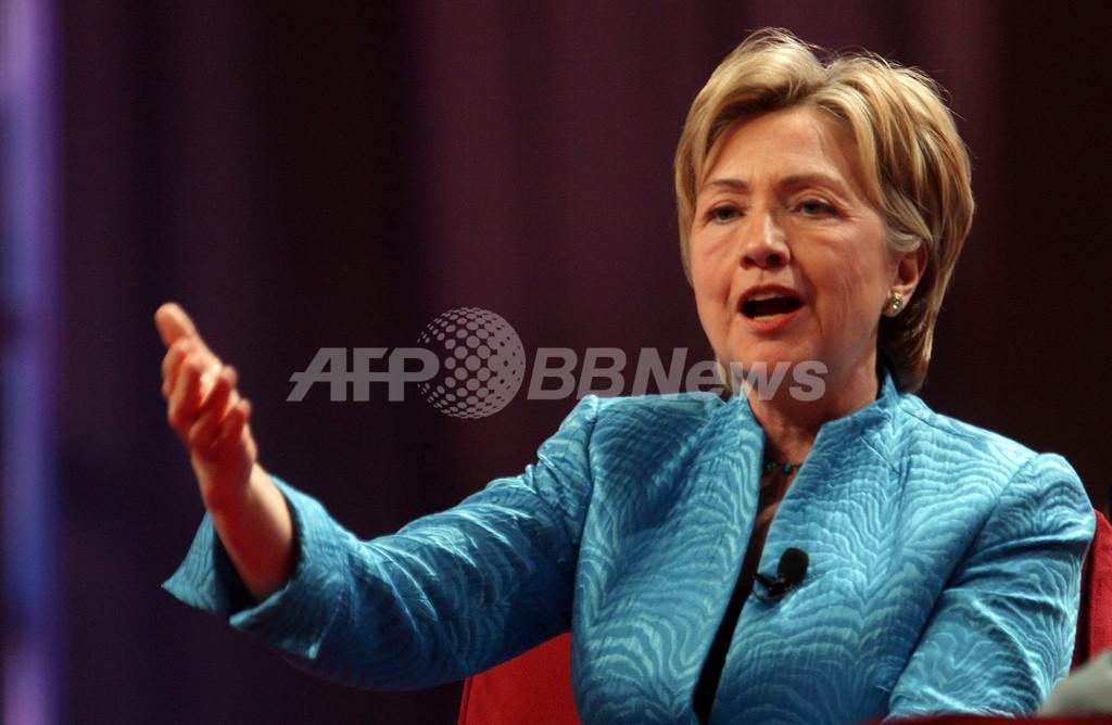 クリントン議員の「胸の谷間」論争が白熱