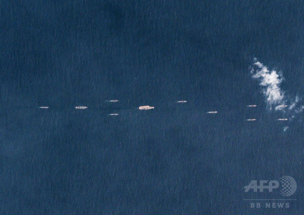 中国が南シナ海で大規模演習、空母「遼寧」も参加か 衛星写真