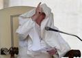 ローマ法王、演説の最中に服で顔を覆われる