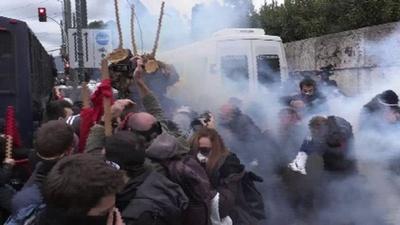動画:教師らの抗議デモが暴徒化、政府計画の雇用過程に不満 ギリシャ