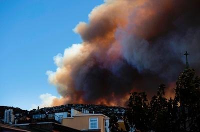 世界遺産都市バルパライソで山火事、南米チリ