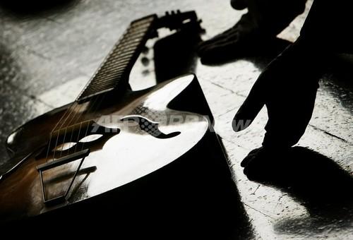 空港でギター壊され「恨み節」の歌、ユーチューブで大ヒット