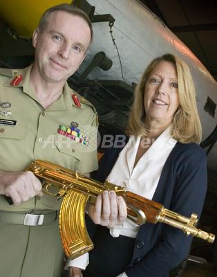 フセイン元大統領の「黄金のライフル銃」公開