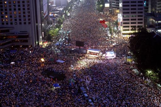 韓国、牛肉問題解決と大統領退陣求め5万人以上がデモ