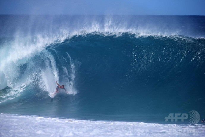 この冬初の高波にサーファー集う ハワイ・オアフ島