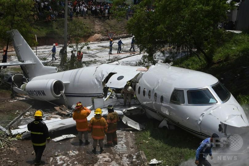 滑走路外れた航空機が大破、6人...