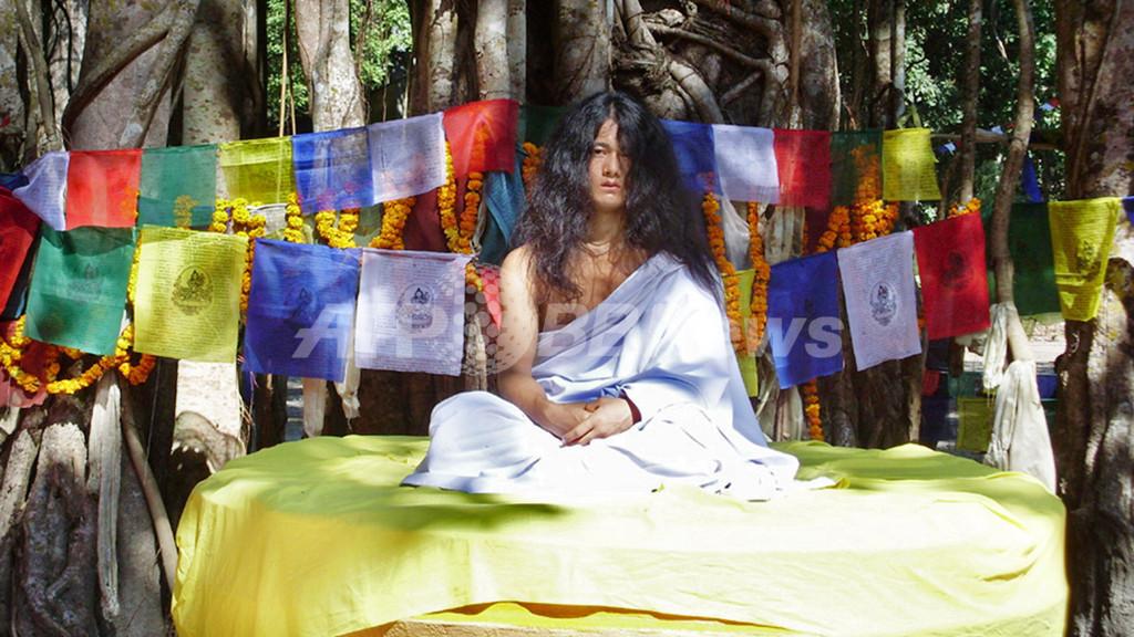 「ブッダの生まれ変わり少年」、群衆の前に再登場 ネパール