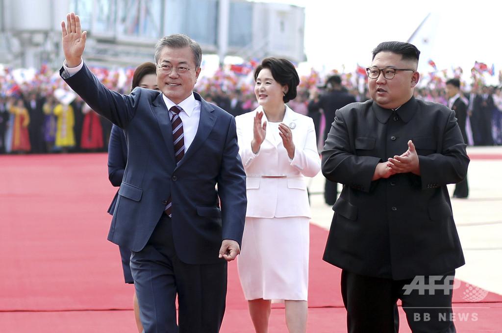 韓国の文大統領が平壌入り 空港で正恩氏が出迎え