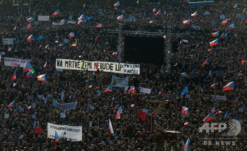 ビロード革命から30年、チェコ首都で25万人がデモ 首相辞任求める