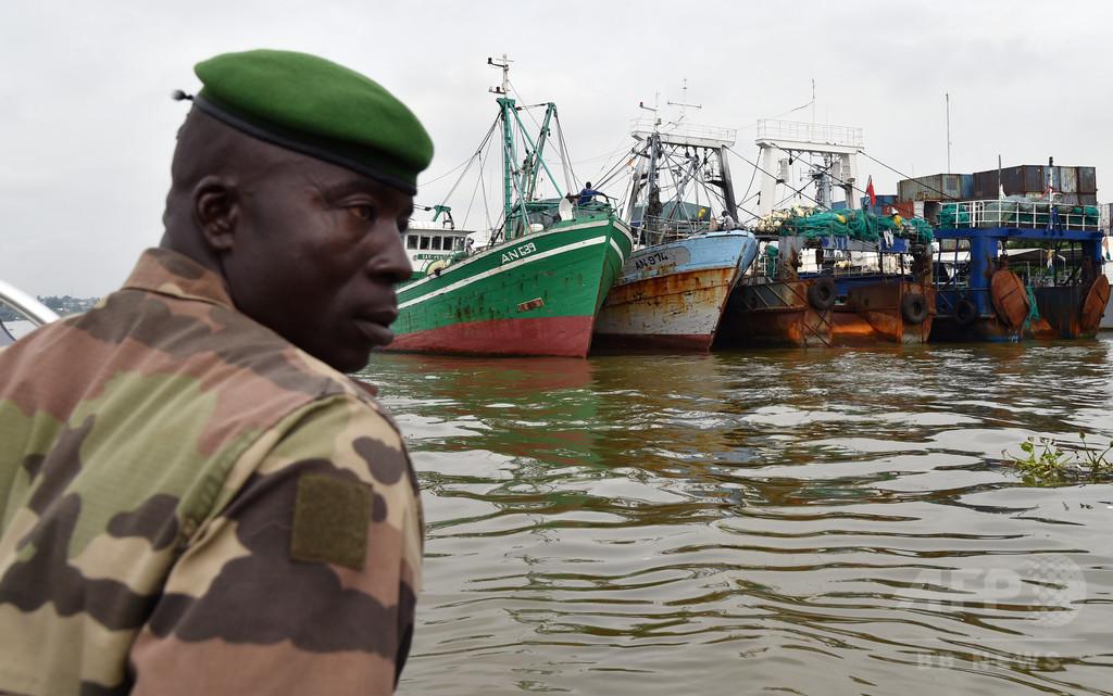 中国船がアフリカ沖で違法操業、グリーンピース報告