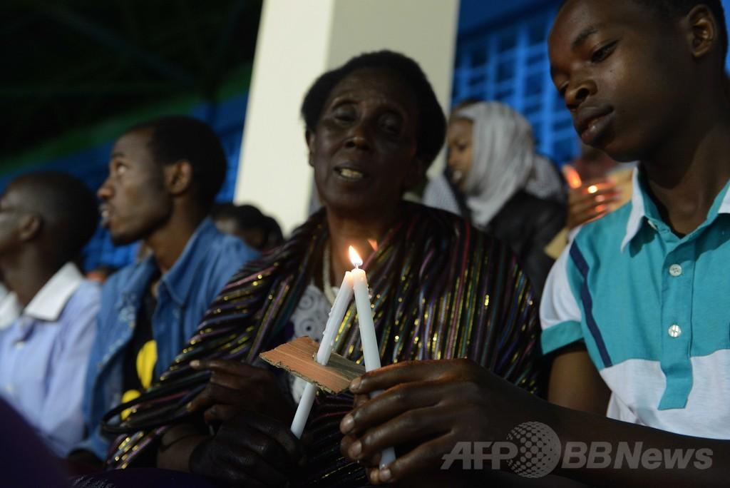 ろうそくの炎で犠牲者を追悼、ルワンダ大虐殺から20年