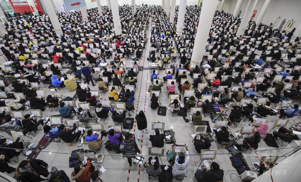 ずらりと並ぶキャンバスで「勝負」 中国の美大、6400人が入試に挑む