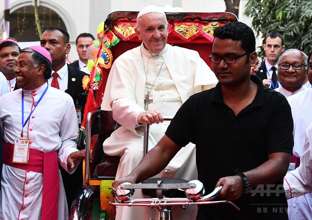 フランシスコ法王、人力車に乗る バングラデシュ
