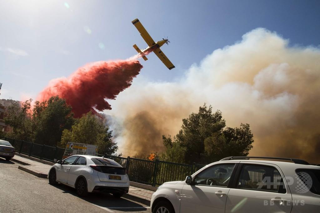 イスラエルで大規模な山火事、6万人避難 首相「放火ならテロ」