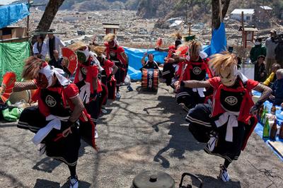 陸前高田市で花見会、地酒と伝統太鼓で復興誓う