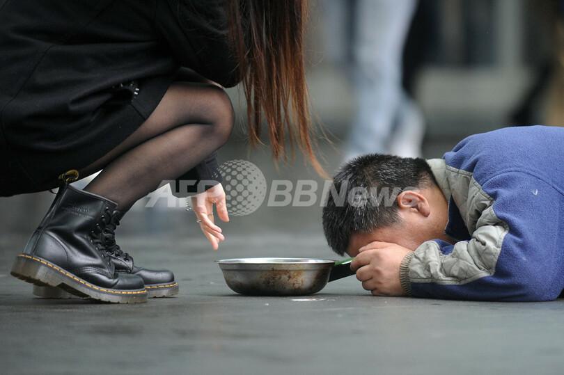 路上で物乞いをする男性、貧富の差広がる香港で 写真2枚 国際ニュース ...