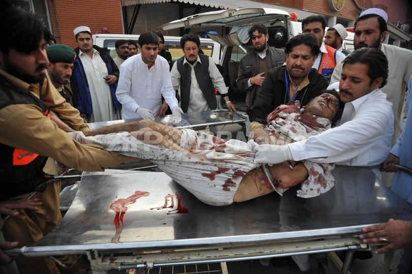 パキスタン部族地域の行政庁舎で自爆攻撃、40人死亡