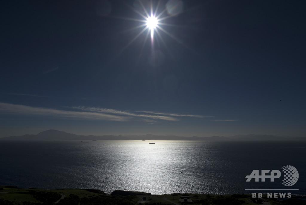ジブラルタル海峡をタイヤで渡海試みる、スペイン当局が移民の少年救出