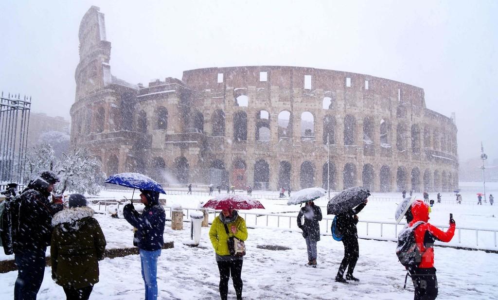 伊ローマで6年ぶり降雪、休校や交通機関の乱れ相次ぐ