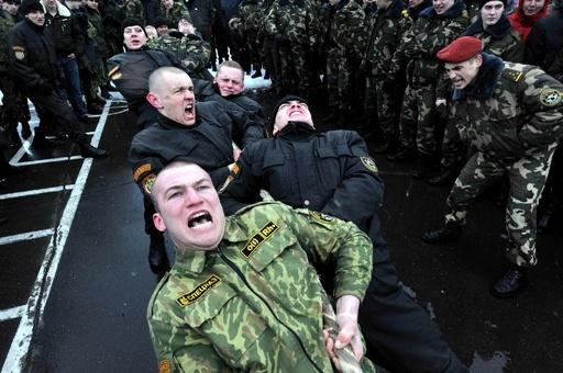 ベラルーシの青年兵、真冬の雪原で勇姿を披露