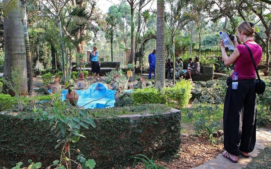 ゴリラ観光ツアーで虐殺記念館も訪問、ルワンダの試み