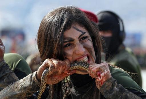 ヘビにかみつく女性兵士も、治安部隊「ペシュメルガ」訓練生の卒業式 イラク