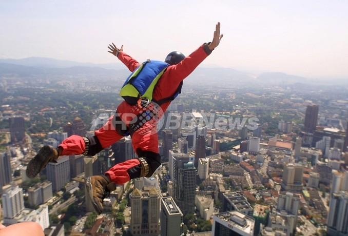 英国でパラシュート無しのスカイダイビングに成功、世界初