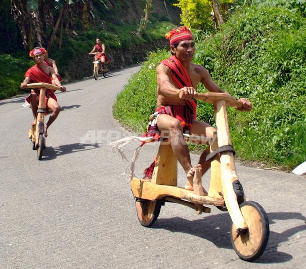 フィリピン先住民の収穫祭で木製自転車レース