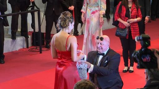 動画:「結婚してくれますか?」 カンヌのレッドカーペットでプロポーズ!