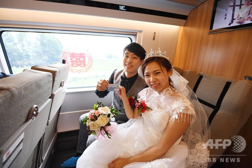 二人の旅路は「復興号」で出発 長春で160組が結婚式