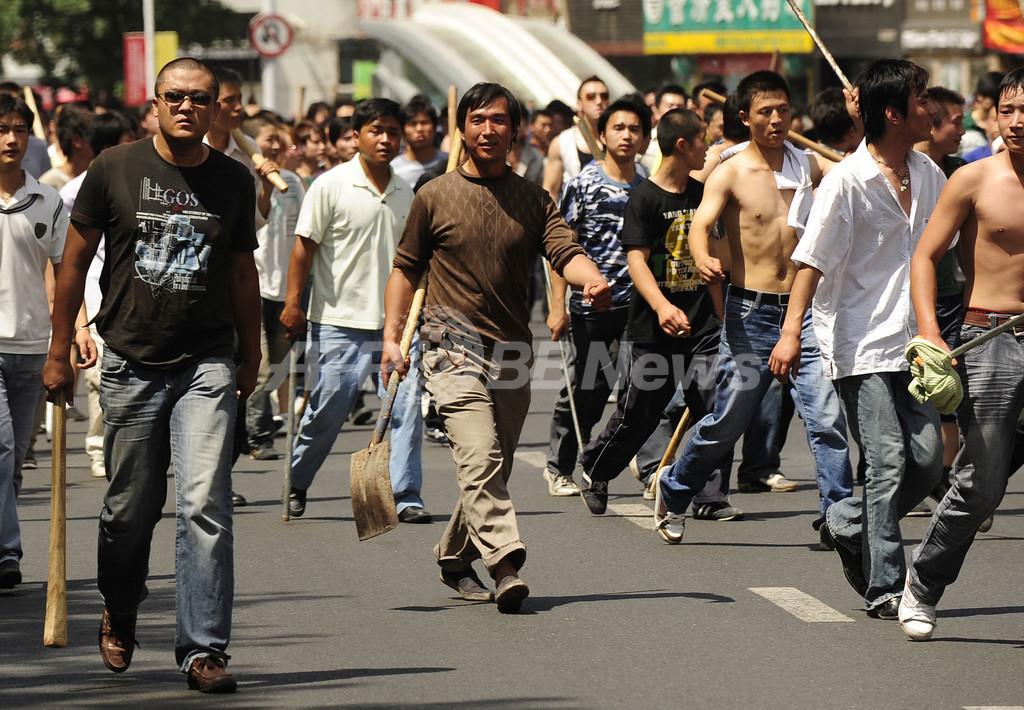 ウイグル暴動、漢民族1万人が「復讐」訴えデモ行進