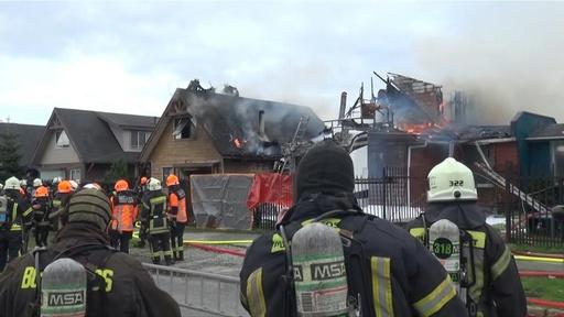動画:チリで小型飛行機が民家に墜落、6人死亡 現場の映像