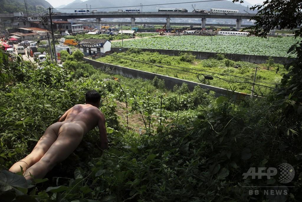 「全裸腕立て伏せ」で社会批判、中国のアーティスト・区志航さん