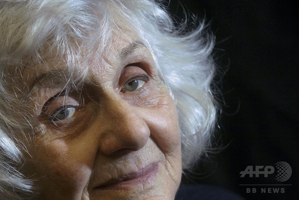アウシュビッツ生還者の90歳、ダンスで「生きること」伝える