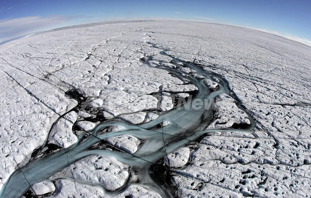 グリーンランド氷床の「消える」湖、水の抜けるシステムを観測