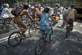 「裸のサイクリング集団」が世界各地に出没、環境保護訴える