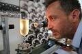 ぬるいシャンパン、開けると「青い雲」が出現 研究