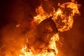 炎を馬と飛び越える、 スペイン伝統祭り「ルミナリアス」