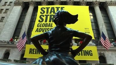 動画:「恐れを知らない少女」像、米NYSE前に設置 男女平等の象徴に